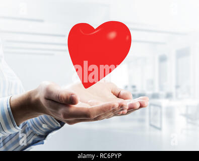 Konzept von Liebe und Leidenschaft mit roten Herzen in männlichen Händen. Gemischt - Stockfoto
