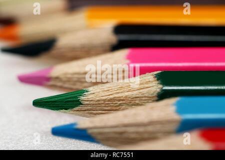 Buntstifte in einer Reihe angeordnet - Stockfoto