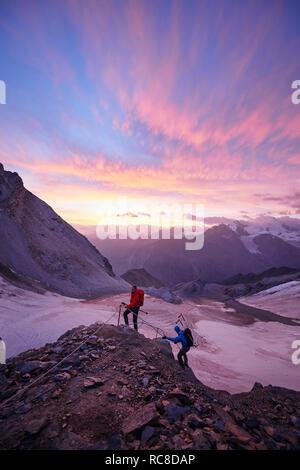 Wanderer Kletterfelsen bei Sonnenuntergang, Mont Cervin, Matterhorn, Wallis, Schweiz - Stockfoto