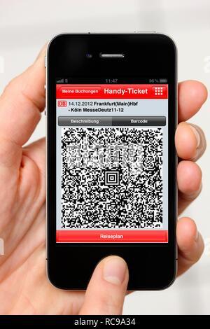 Iphone, Smartphone, App auf dem Bildschirm, Reiseinformationen, QR-Code-Ticket der Deutschen Bahn, der Deutschen Bahn AG - Stockfoto