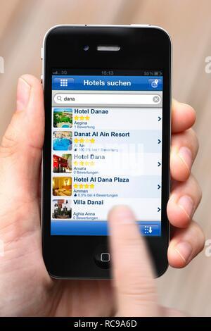 Iphone, Smartphone, App auf dem Bildschirm, Hotel Reservation Service, Hotel Bewertungen - Stockfoto