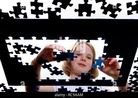 Mädchen, 11, ein Puzzle - Stockfoto
