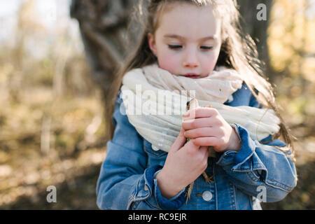 Kleines Mädchen holding Frosch im Wald - Stockfoto