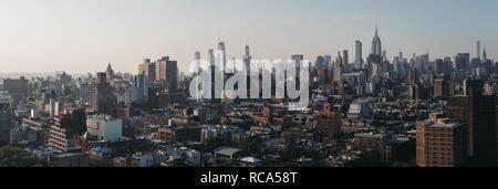 New York, USA - 28. Mai 2018: Luftaufnahme der Skyline von New York und Attraktionen bei Sonnenuntergang. New York ist eine der meist besuchten Städte in der Welt. - Stockfoto