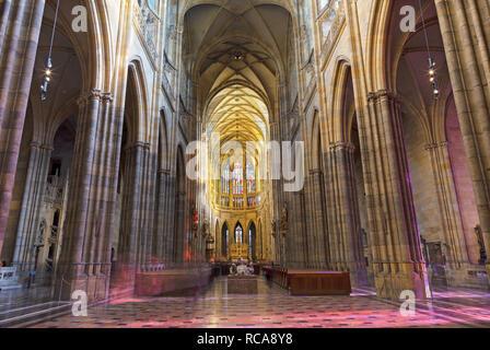 Prag, tschechische Republik - 14. Oktober 2018: Das gotische Kirchenschiff von St. Vitus Kathedrale. - Stockfoto