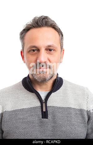 Foto von Mann mit schweren Lächeln tragen Gestreifte winter Pullover auf weißem studio Hintergrund isoliert - Stockfoto