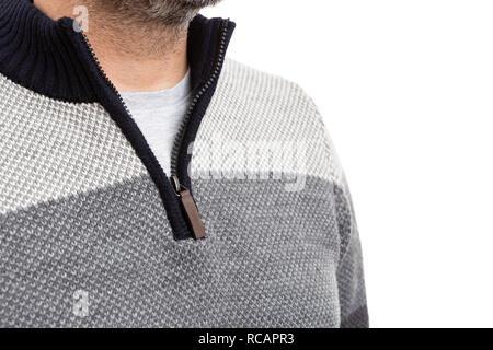 Nahaufnahme des bärtigen Mann mit warmen Pullover mit Reißverschluss am Kragen wie winter fashion Concept isoliert auf weißem - Stockfoto