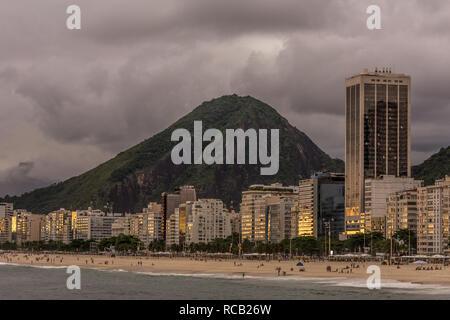 2019, Januar. Rio de Janeiro, Brasilien. Panoramablick auf den Strand von Copacabana und seiner Gebäude. Stockfoto