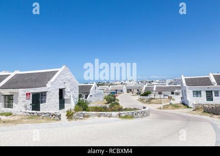 Straße durch das malerische Fischerdorf Arniston, Agulhas, Western Cape, Südafrika, mit weiß getünchten Häuschen, einem beliebten Reiseziel - Stockfoto