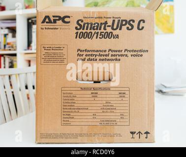 PARIS, Frankreich - Mar 24, 2018: Seitenansicht des Box C APC Smart-UPS 1000VA LCD 230V auf Unternehmensebene, unterbrechungsfreie Stromversorgung von American Power Conversion auf Office Tabelle - Stockfoto