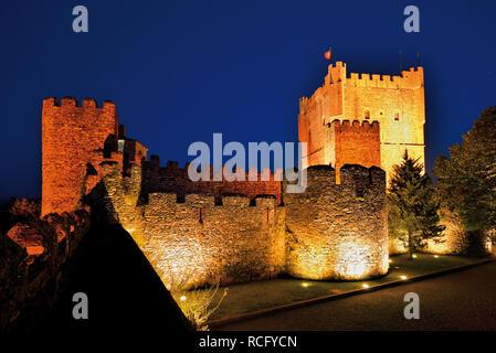 Nächtliche Ansicht der mittelalterlichen Burg - Stockfoto