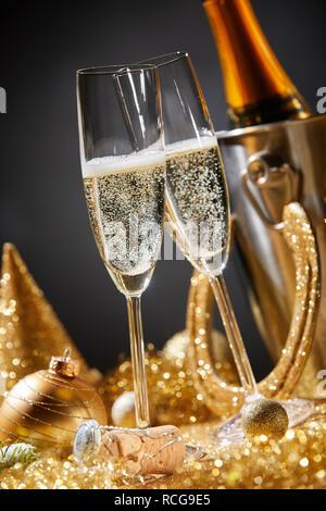Neues Jahr Karte mit zwei champagnergläser von golden Christmas Ornaments während romantische Party oder Feier um Mitternacht umgeben - Stockfoto