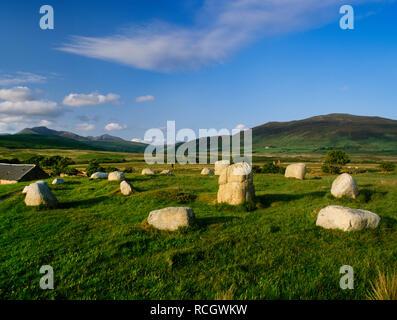 Machrie Moor Steinkreise, Isle of Arran, Schottland, UK: Suche NE über die zwei konzentrische Ringe aus Stein des Kreises V von MOSS-Farm auf den Gipfel des Ziege fiel. - Stockfoto