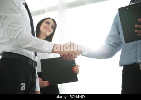 Geschäft Leute die Hände schütteln und schlichten Treffen. - Stockfoto