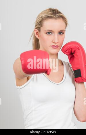 Schöne Frau boxhandschuh vor weißem Hintergrund - Stockfoto