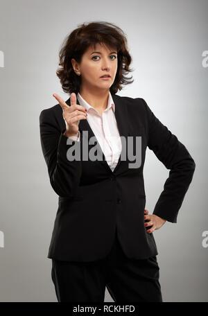 Porträt einer Reife Geschäftsfrau in Klage über grauer Hintergrund - Stockfoto