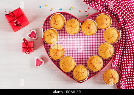 Muffins mit Kürbis. Cupcakes mit Valentinstag Dekor. Flach. Ansicht von oben. - Stockfoto