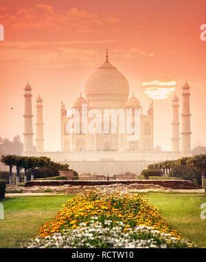Taj Mahal Monument, das eines der Wunder der Welt in Rot und schönen Garten in Agra, Uttar Pradesh, Indien - Stockfoto