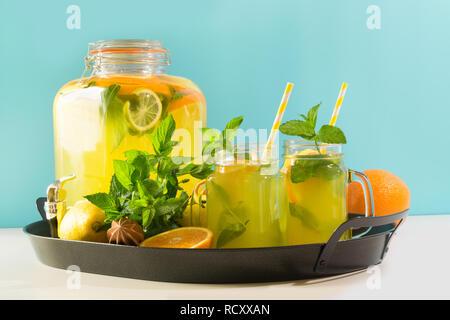 Mojito Cocktail in Mason jar mit Garnierung auf Blau. Close Up. Kopieren Sie Platz für Text. - Stockfoto