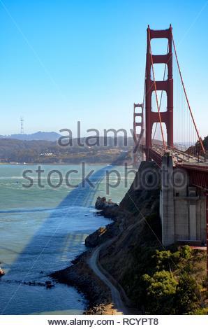 Golden Gate Bridge, die San Francisco Bay, Ansicht von Vista Point in Sausalito, blauer Himmel, sonnig, Panorama - Stockfoto