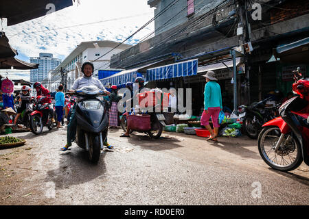 NHA TRANG, VIETNAM - 12. SEPTEMBER: Typische morgen Stau am Cho Dam Markt in Nha Trang am 12. September 2018 in Nha Trang, Vietnam. - Stockfoto