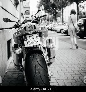 PARIS, Frankreich, 27.JUNI 2015: Rückansicht von Aprilia 1000 RSV4 RR Sport Bike Motorrad der italienischen Firma Aprilia in einer Straße geparkt - Schwarz und Weiß - Stockfoto
