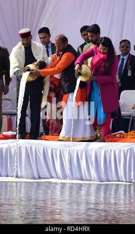 Allahabad, Uttar Pradesh, Indien. 17 Jan, 2019. Allahabad: Präsident Ram Nath Kovind zusammen mit seiner Familie führen Ganga Pujan im Sangam während Kumbh in Allahabad am 17-01-2019. Credit: Prabhat Kumar Verma/ZUMA Draht/Alamy leben Nachrichten