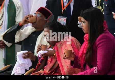 Allahabad, Uttar Pradesh, Indien. 17 Jan, 2019. Allahabad: Präsident Ram Nath Kovind zusammen mit seiner Familie an der Sangam in Allahabad am 17-01-2019. Credit: Prabhat Kumar Verma/ZUMA Draht/Alamy leben Nachrichten