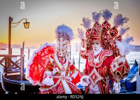 Venedig, Italien, Karneval von Venedig, Maske auf der Piazza San Marco mit Gondeln und Grand Canal. - Stockfoto