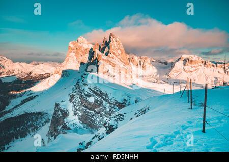 Klassische Ansicht der berühmten seceda Berggipfel in den Dolomiten beleuchtet im schönen Abendlicht bei Sonnenuntergang im Winter, Südtirol, Italien - Stockfoto