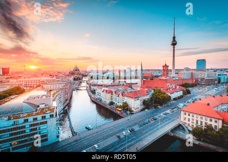 Klassische Ansicht der Berliner Skyline mit berühmten Fernsehturm und Spree in wunderschönen goldenen Abendlicht bei Sonnenuntergang, zentrale Berlin Mitte, Deutschland - Stockfoto