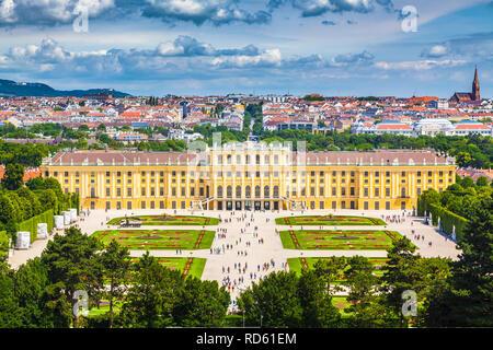 Klassische Ansicht des berühmten Schloss Schönbrunn mit großen Parterres Garten an einem schönen sonnigen Tag mit blauem Himmel und Wolken im Sommer, Wien, Österreich