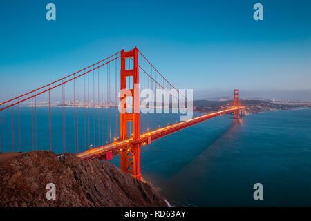 Klassische Panorama der berühmten Golden Gate Bridge gesehen aus Sicht der Batterie Spencer in schönen Beitrag Sonnenuntergang Dämmerung während der blauen Stunde in der Abenddämmerung - Stockfoto