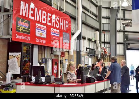 Costco Wholesale Lager Mitgliedschaft Zähler mit Schild, Kosten für die Arten der Mitgliedschaft, USA - Stockfoto