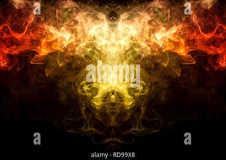 Dicke bunte Rauch von Gelb und Orange in der Form eines Schädels, Monster, Drachen auf einem schwarzen Hintergrund isoliert. Hintergrund aus dem Rauch von vape. - Stockfoto