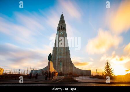Hallgrímskirkja Kirche in Reykjavik, Island bei Sonnenuntergang