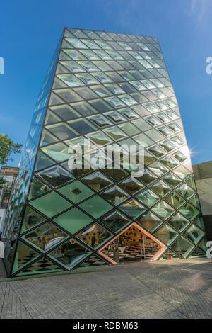 Tokio - August 14, 2018: Vorderansicht des Prada Gebäude in Omotesando Straße, Aoyama Bezirk, entworfen von Herzog und de Meuron - Stockfoto