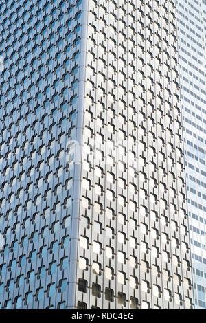 Panoramablick und Perspektive Weitwinkelaufnahme zu Stahl blau Hintergrund von Glas Hochhaus Wolkenkratzer in der modernen futuristische Downtown bei Nacht Business Konzept der erfolgreiche industrielle Architektur. - Stockfoto