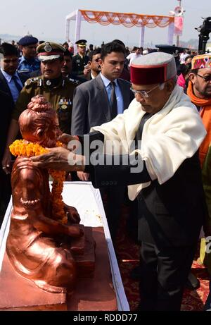 Allahabad, Uttar Pradesh, Indien. 17 Jan, 2019. Präsident Ram Nath Kovind bieten Gebet zu Maharshi Bhardwaj Statue nach enthüllungsfeier am Sangam während Kumbh Mela in Allahabad. Credit: Prabhat Kumar Verma/ZUMA Draht/Alamy leben Nachrichten