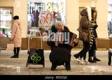 Moskau, Russland - Januar 17, 2019: Eine ältere Frau spielt das Bajan [button Akkordeon] in Moskau. Dmitry Feoktistov/TASS - Stockfoto