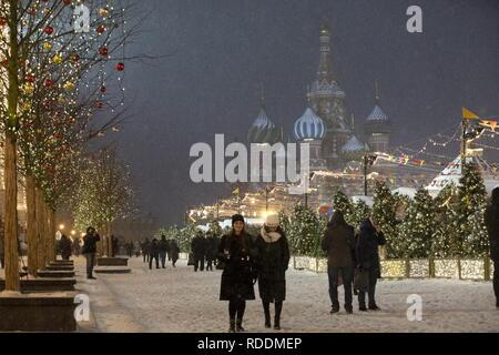 Moskau, Russland - Januar 17, 2019: die Menschen gehen in dem Roten Platz in Moskau während einer Schneefall. Michail Tereschtschenko/TASS - Stockfoto