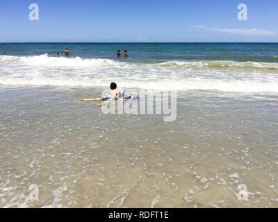 Cocoa Beach Florida Macht Auf Die Strand Jungen Einen Ueberschlag