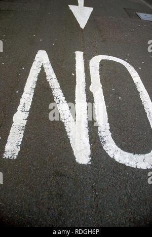 Keine Warnung Schild gemalt auf der Straße, Portsmouth, Hampshire, Großbritannien. - Stockfoto
