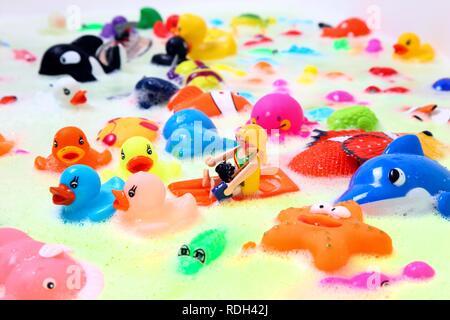 Verschiedene bunte Wasser Spielzeug mit Schaumbad Stockfoto