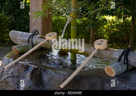 Kumamoto, Japan - 11 November, 2018: Temizuya und Wasser Schaufeln vor dem Izumi Schrein im Garten Suizenji - Stockfoto