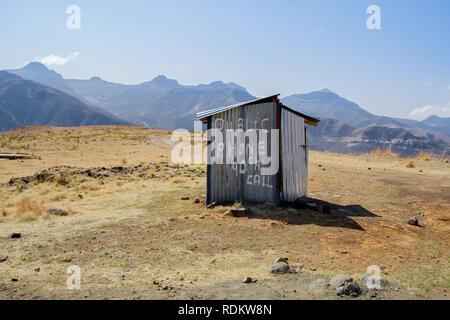 Eine einzigartige Telefonzelle aus Wellblech sieht aus Platz in einer abgelegenen Gegend entlang Monantsa Pass im Stadtteil Butha-Buthe Lesotho. - Stockfoto