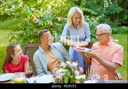Happy Family Dinner oder Sommer Garden Party - Stockfoto