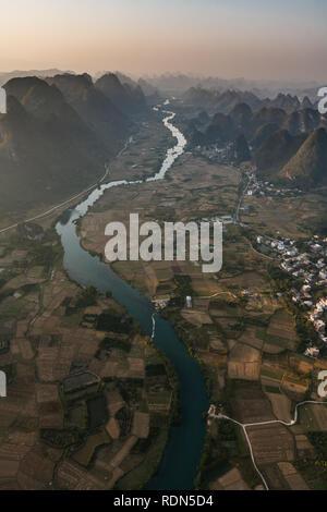 Luftaufnahme des Pearl River und Autobahn in China Wicklung für Meilen entlang Talboden Versorgung Reisfelder mit Wasser. - Stockfoto