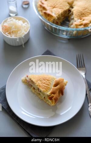 Merveilleux ... Scheibe Hausgemachten Sauerkraut Pie Auf Grau Holztisch. Kohl Kuchen  Tradition Russische Küche   Stockfoto