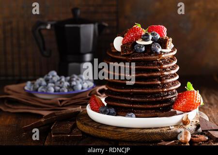 Stapel von Schokolade Pfannkuchen mit Beeren, Erdbeere, Himbeere und Heidelbeere - Stockfoto